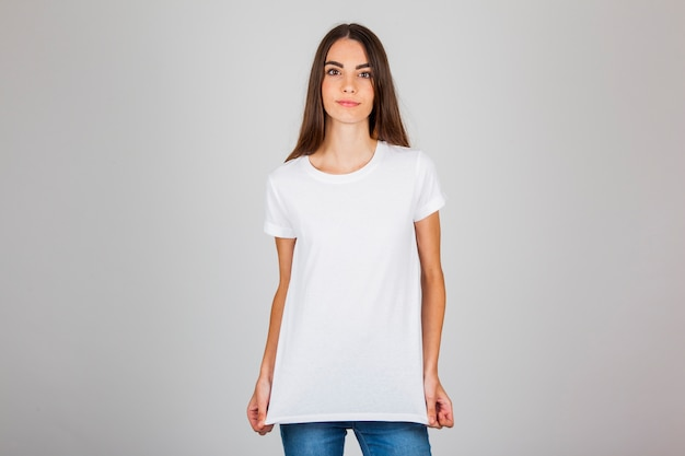 女性モデル、tシャツとジーンズ付き