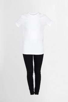 白いtシャツと黒いズボン