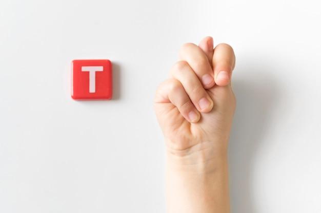 Рука языка жестов, показывающая букву t