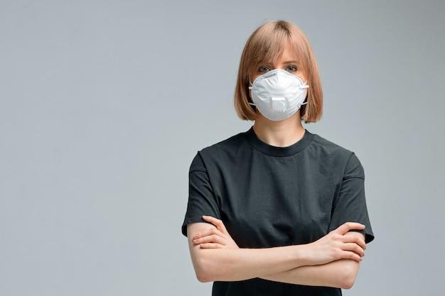 サージカルマスク、黒のtシャツの若い女性