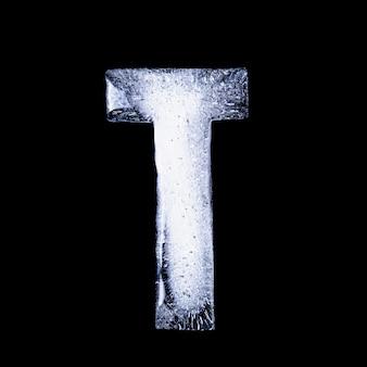 T замороженная вода в форме алфавита, изолированных на черном фоне