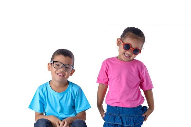 男の子と女の子の肖像画は、白い背景で隔離のメガネとカラフルなtシャツ