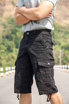バミューダショートパンツとtシャツの男