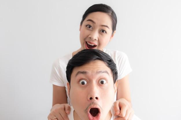白いtシャツと白い背景でカップルの変な顔に驚いた。