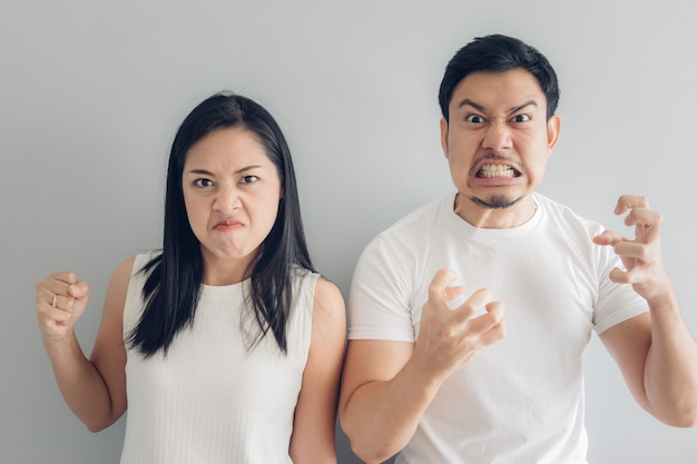 白いtシャツと灰色の背景で怒っているカップルの恋人。