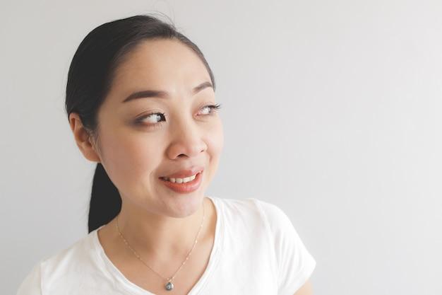 白いtシャツの笑顔と幸せな女。