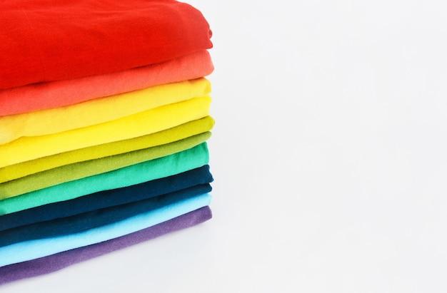 カラフルなtシャツのスタック