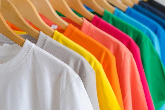 ハンガーにカラフルなtシャツのクローズアップ