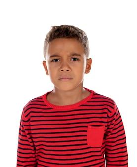 赤いストライプのtシャツと悲しい子供