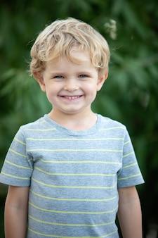 庭に青いtシャツと幸せな子供