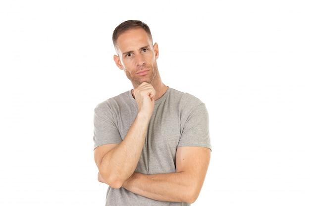 灰色のtシャツと物思いにふける男