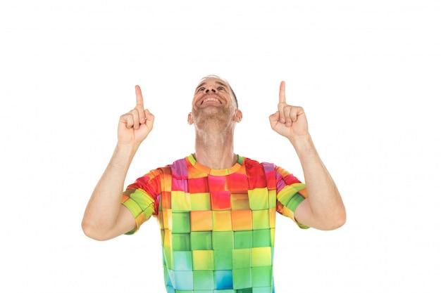 彼の手で何かを指している色のtシャツを持つハンサムな男