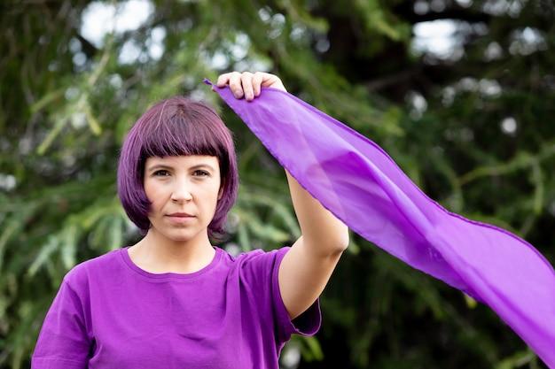 紫色の髪とtシャツの女性