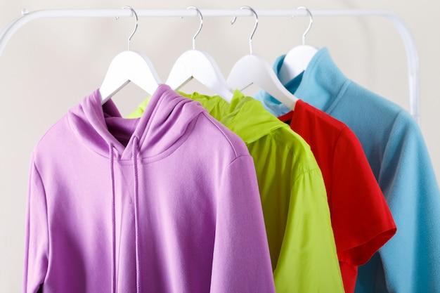 カラフルなスポーツパーカーとtシャツ