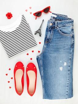 ファッションフラットは、tシャツ、バレリーナシューズ、サングラス、ジーンズとフランススタイルの女の子都市服で横たわっていた。