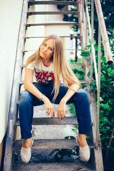 都市、都会的なスタイル、ジーンズ、tシャツ、長い髪、夏の少女ヨーロッパの外観