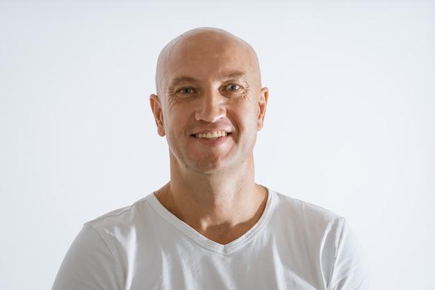 白いtシャツでハゲ感情的な男の肖像