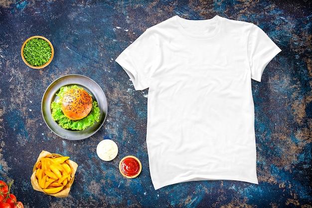 食物と一緒に空白のtシャツ