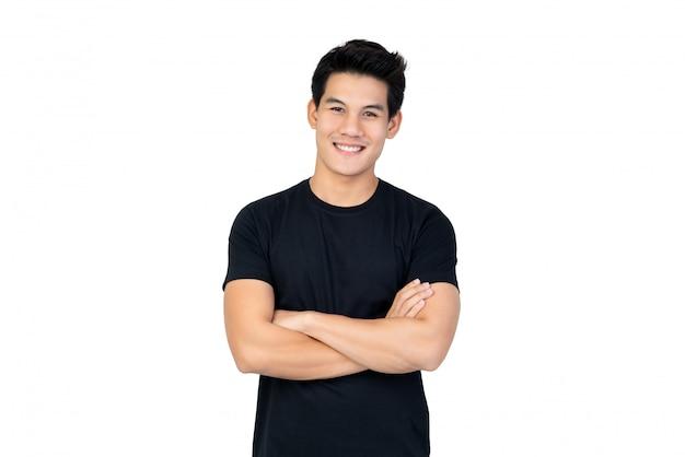 腕を組んでカジュアルな黒のtシャツでハンサムなアジア人の笑顔