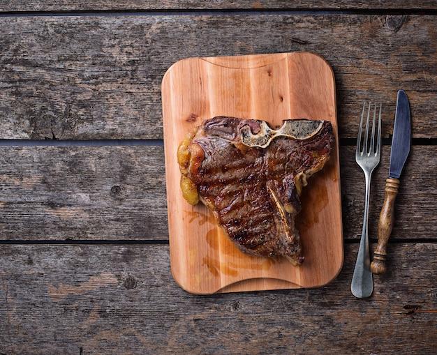 木の板に焼きtボーンステーキ