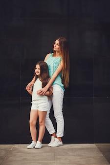 彼女の娘とtシャツを着て美しいお母さん