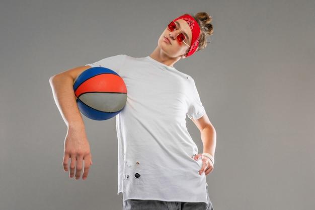 白いtシャツを着た男、灰色の背景にバスケットボールを頭にバンダナがかかった赤いサングラス