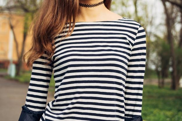 ストライプのtシャツと春のクローズアップの公園で茶色の髪を持つ少女