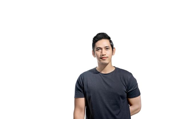黒のtシャツを持つアジア人の肖像画