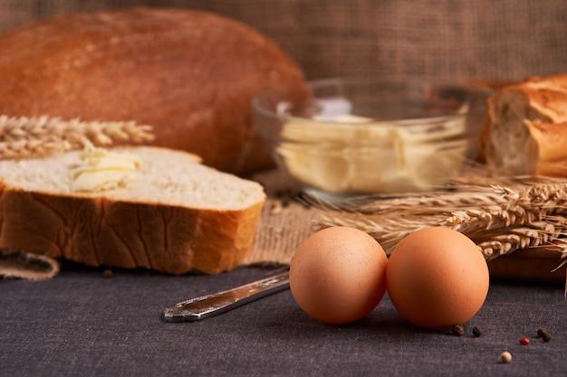 パンとバターtのお茶のような家庭料理のテーブルの上にクローズアップ