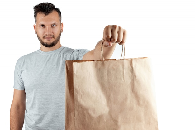 白い背景に分離されたファーストフードの注文を与える明るいtシャツの男