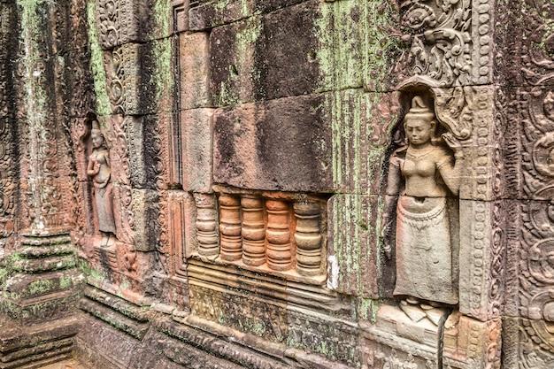 Храм та сом в комплексе ангкор ват в сием рип, камбоджа