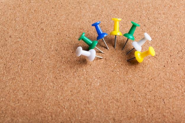 コルクボードに固定された画taのグループ