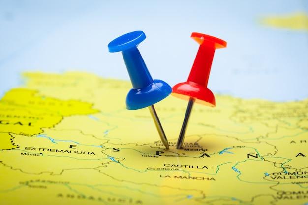 カラフルな画taで示された地図上の旅行目的地