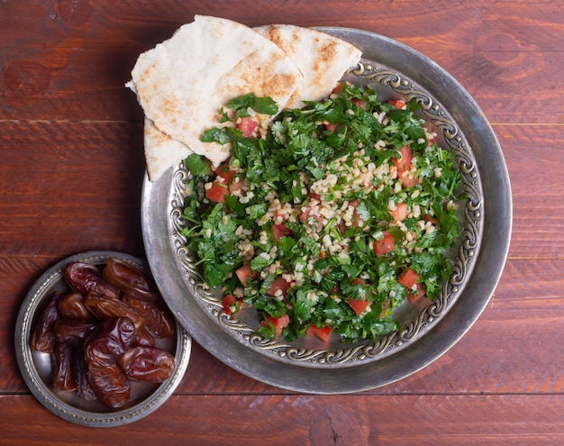 タブーラサラダ、伝統的な中東料理またはアラブ料理。通常パセリ、ミント、ブルガー、トマトで調理