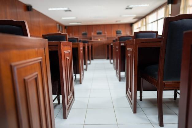 Стол и стул в зале судебных заседаний.