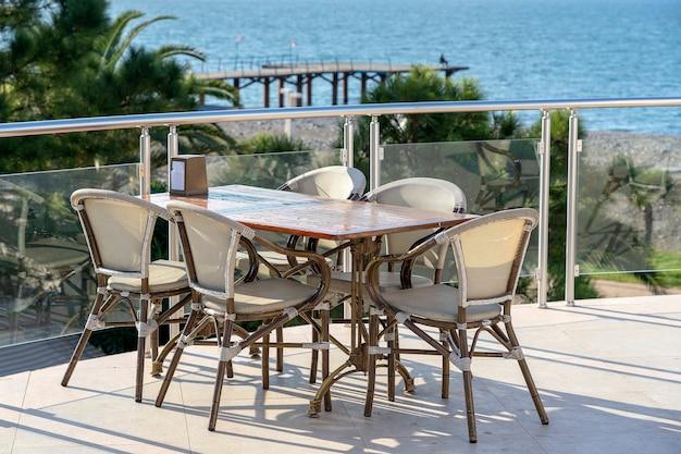 ジョージア州バトゥミの海の近くの海岸にあるストリートカフェのテーブルと椅子。バトゥミは、ジョージア州で最も訪問された観光地の1つです。