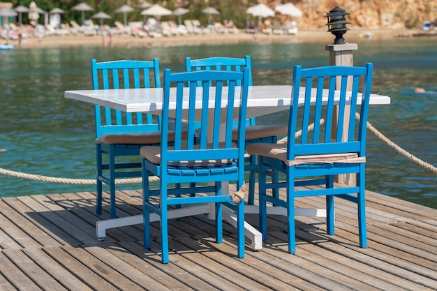 터키 보드룸 해수 근처 해변 카페에 있는 테이블과 의자. 바다 근처 해변 카페, 야외. 여행 및 휴가 개념