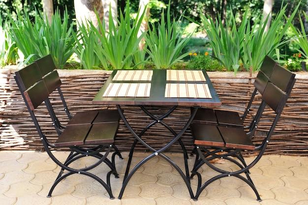 여름 테라스의 테이블과 의자