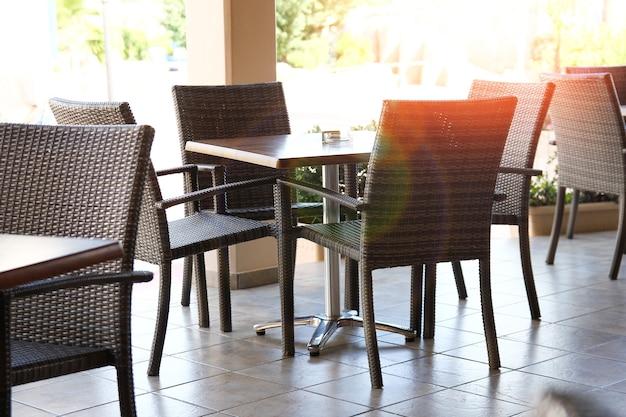 レストランテラスの外のテーブルと椅子