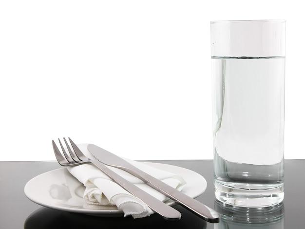 テーブルの予定-白い背景の上の食器。孤立