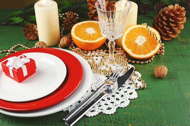 Обстановка стола с кусочками апельсина и новогодним украшением фона