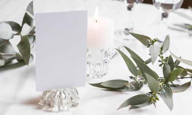 촛불과 식물이있는 테이블 배치