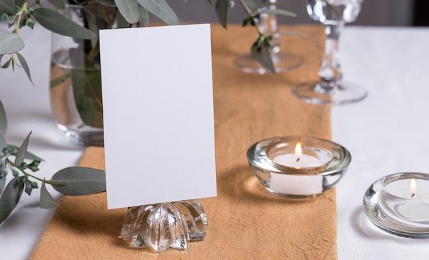 Disposizione dei tavoli con candele e piante