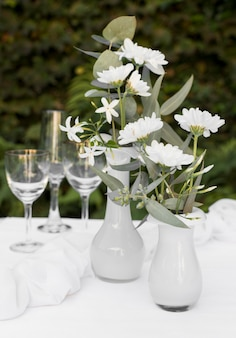Table arrangement with flowers