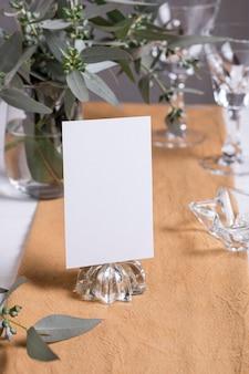 Disposizione dei tavoli con note e piante