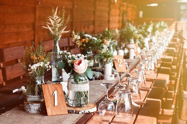 결혼식 파티를 위해 흰색 꽃과 촛불으로 테이블 장식.
