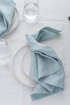 Декор стола белой льняной скатертью и голубыми салфетками, выборочный фокус изображения