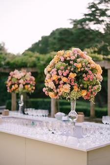 결혼식 피로연을 위해 장식 된 테이블