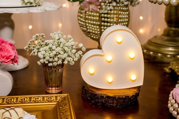 하트 램프로 장식된 테이블.