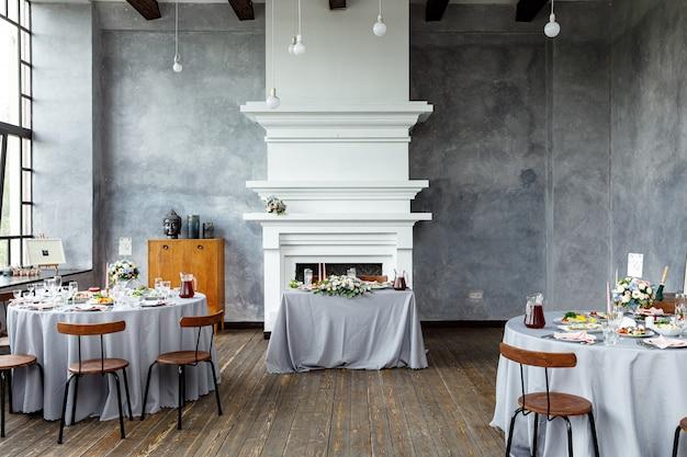 休日や結婚式の夕食のためのテーブルの装飾。屋外レストランでの休日、イベント、パーティー、結婚披露宴のテーブルセット